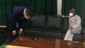 中國駐奈及利亞官員周平劍、奈及利亞眾議院議長Femi Gbajabiamila(圖/擷取自Femi Gbajabiamila推特)