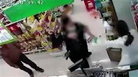 大媽買藥拒填資料…怒「不賣打死你!」 女店員被毆到住院(圖/翻攝自微博)
