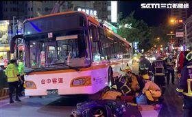 驚悚瞬間!公車當車前無物輾壓女騎士 監視器畫面曝真相(圖/翻攝畫面)