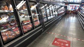 英國超市地上警戒線英國超市地上用膠帶貼出2公尺警戒線與標語,要求購物民眾保持距離。中央社記者戴雅真倫敦攝  109年4月9日