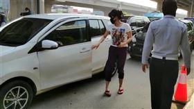 防疫期間進雅加達車輛乘客數受限雅加達警方13日在雅加達與週邊城市交界臨檢,限制車內乘客人數。圖為在加里瑪琅,民眾在警方要求下,從前座換到後座。中央社記者石秀娟雅加達攝  109年4月13日