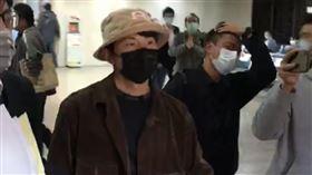 ▲藝人孫協志現身台北地檢署出庭,約1小時後離開。(圖/翻攝畫面)