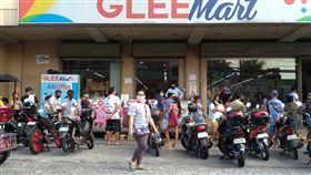 呂宋封島 民眾排隊進超市武漢肺炎疫情延燒下,菲律賓呂宋島封島防疫。圖為大馬尼拉一處超市外民眾排隊等待入內購物,攝於3日。中央社記者陳妍君馬尼拉攝 109年4月9日