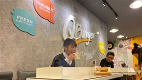 Q Burger加裝防疫、客人對坐,內用消費更安心。(圖/Q Burger提供)