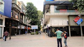 因武漢肺炎商店餐廳關閉  南德里一商圈冷清印度新德里市政府為控制武漢肺炎傳播,下令餐廳與商店關門至月底,南德里一熱鬧商圈變得很冷清。中央社記者康世人新德里攝  109年3月21日