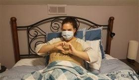 武漢肺炎(COVID-19、新冠肺炎)持續在美國延燒,一名有自體免疫疾病的女子在疫情期間都待在家,極盡可能避免與外界接觸,但3週後卻出現症狀,經採檢後呈陽性確診。事後回溯該段時間的接觸史,發現最有可能的是一名送貨員;而值得注意的是,兩人並未直接接觸,研判應為接觸殘留在物品上的病毒才感染。(圖/翻攝自Rachel Brummert臉書)
