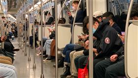 上海地鐵恢復通勤人潮隨著各行各業陸續開工,上海地鐵近日恢復通勤人潮。圖為16日上午的地鐵車廂。中央社記者沈朋達上海攝  109年3月20日