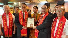 去年姜太公祝壽大典,內政部長徐國勇赴道場參拜,與道場主席羅世新(右二)合影。