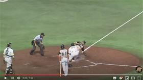 ▲陽耀勳暴投意外抓到三壘跑者。(圖/翻攝自《太平洋聯盟TV》YouTube)