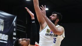 ▲布拉(Sim Bhullar)27分25籃板,裕隆勝璞園拿下季後挑戰賽首勝。(圖/中華民國籃球協會提供)