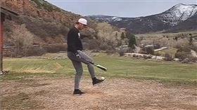 ▲Max Hilty腳背停球,空中甩棒後揮擊。(圖/翻攝自Max Hilty IG)
