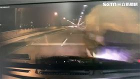 王男開車行經華中橋時,不慎追撞前方拋錨貨車釀禍。(圖/翻攝畫面)