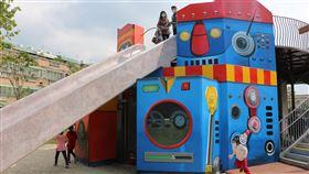 鶯歌鳳鳴公兒二公園打造機器人主題新北市鶯歌區以「ROBOT CITY機器人城市」為主題,將機器人元素概念融入兒童遊戲場中的鳳鳴公兒二公園,提供親子共遊的有趣遊戲空間。(工務局提供)中央社記者王鴻國傳真 109年4月15日