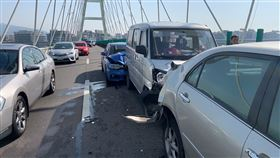 車禍,連撞,市民大道,麥帥二橋,回堵(圖/翻攝畫面)
