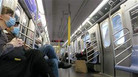 紐約疫情嚴重  搭地鐵戴口罩人數增加為防止武漢肺炎疫情回溫,紐約州長古莫15日宣布,將要求民眾在無法保持社交距離的公共場合配戴口罩。圖為紐約地鐵乘客戴口罩與手套防疫。中央社記者尹俊傑紐約攝  109年4月16日