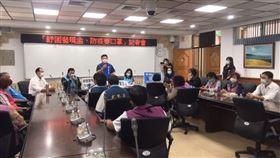 國民黨台東縣議會黨團舉辦「紓困發現金、防疫要口罩」記者會,黨團書記長章正輝竟脫口把「口罩外交」講成「口交」,笑翻全場。