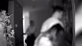 非洲籍留學生「約5正妹激戰」 住戶PO影片怒:他確診!(圖/翻攝自微博)
