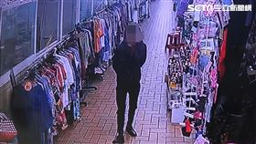 黑衣搶匪在永樂市場內尋找犯案目標。(圖/翻攝畫面)