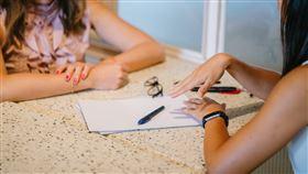 大學畢業季即將到來,許多準畢業生現在正忙著找尋未來工作,卻遲遲不知道該不該在履歷表上放照片。對此,就有熱心網友在Dcard上以「履歷表照片一定要放」為題一語道破,提醒求職新鮮人履歷表上該注意的大小事。 圖/翻攝自pixabay https://www.pexels.com/zh-tw/photo/1311518/
