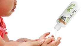 深耕花蓮有機香草36年的君達集團,研發「茶樹防護潔手凝膠」隨手瓶,茶樹精油、甘油精華雙效成份獨特抗菌配方,溫和、不刺激、又能淨化滋潤手部肌膚。(圖/衛生福利部提供)