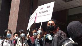 美食外送產業工會抗議外送員暴露在疫情高風險當中。(圖/記者許書萓攝影)