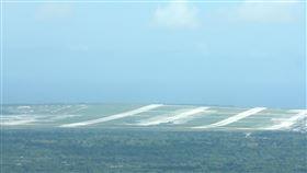 戰略觀念轉型 美媒揭關島B-52轟炸機全撤離美國媒體報導,美軍無預警將部署於關島安德森空軍基地(Anderson AFB)的B-52轟炸機撤離,結束16年來的轟炸機持續進駐任務。圖為今年1月遠眺位於關島最北端的安德森基地。中央社記者陳亦偉攝 109年4月18日