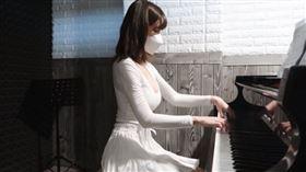 南韓知名網紅Leezy(임이지)爆乳彈鋼琴。(圖/翻攝自YouTube)