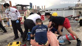 台北市7旬翁走入淡水河溺水命危被救起送醫。(圖/翻攝畫面)