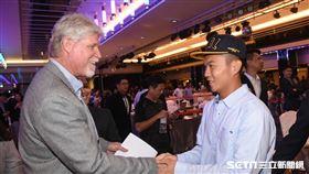 中華職棒2018年度選手選拔會,中信兄弟總教練史耐德與江坤宇握手。 (圖/記者林敬旻攝)