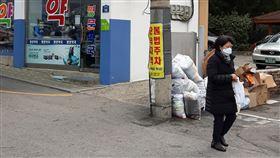 戴著口罩的韓國婦女走出西藥房自中國武漢發源的2019新型冠狀病毒(2019-nCoV)疫情持續蔓延,口罩成了社會大眾最起碼的「護身符」。一位韓國女性戴著口罩走出西藥房。中央社記者姜遠珍首爾攝  109年2月4日