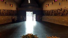 義北貝加莫市的教堂因殯儀館不敷使用而權充臨時太平間,一度有數十具棺材排隊等候火化安葬,目前終於全數處置完畢。(圖取自twitter.com/giorgio_gori)