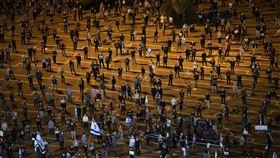 數千名以色列人19日走上特拉維夫街頭,表達對總理尼坦雅胡的不滿時,不忘嚴守防疫措施。(圖/美聯社/達志影像)