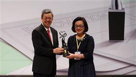 政大講座教授吳安妮(右)去年榮獲經濟部國家產業創新女傑獎,由副總統陳建仁親自頒獎。(照片提供/政大商學院iSVMS策管中心)