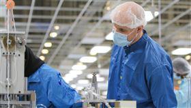 鴻海在威州組裝口罩  供美國專業人員抗疫鴻海正在美國威斯康辛州廠區組裝口罩,提供醫療藥劑、執法和照護等專業人員使用抗疫。圖為威州廠區組裝口罩現場。 (鴻海提供)中央社記者鍾榮峰傳真  109年4月21日