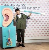 韋禮安舒壓棉花棒療癒自我請歌迷洗耳恭聽。(記者邱榮吉/攝影)