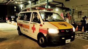第2批類包機載回231人  2人疑有呼吸道症狀後送類包機上旅客隨後也在機棚內接受檢疫作業,但傳出有一名大人及一名孩童疑似出現呼吸道症狀,最後孩童在母親的陪同下,3人分別乘坐兩部救護車後送至醫院。中央社記者吳睿騏桃園機場攝 109年4月21日