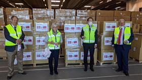 丹麥台灣口罩捐贈儀式泛歐自由黨派聯盟副主席摩坦森、丹麥國會副議長凱爾斯加德、駐丹麥代表李翔宙、前丹麥能源部長霍夫曼特(從左至右)20日出席台灣口罩捐贈儀式。(駐丹麥代表處提供)中央社記者林育立柏林傳真 109年4月21日