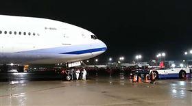 湖北類包機抵台 229人可以回家了