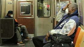 紐約通勤族配合規定  搭地鐵配戴口罩紐約州政府要求民眾在地鐵、公車等無法保持6英尺(約183公分)距離的公共場合以口罩等方式遮住口鼻。圖為紐約通勤族搭地鐵時配戴口罩。中央社記者尹俊傑紐約攝  109年4月19日