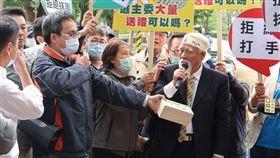 民進黨台北市黨部主委黃慶林22日下午到民進黨中央遞送陳情書。(圖/記者盧素梅攝影)