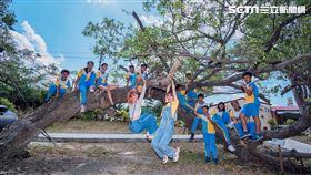 ▲李懿與巫苡萱與楓港國小的同學拍攝畢業紀念照。 ▲李懿與巫苡萱與同學們合照。 ▲義拍團隊拍攝畢業紀念照。