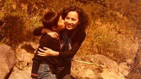 詹姆士(左)曝光小時候和媽媽的合照。(圖/詹醬提供)