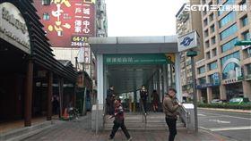 捷運松山站。(圖/記者陳韋帆攝影)