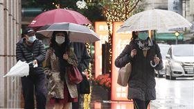 東北季風及華南雲雨區影響 台北午後下雨中央氣象局指出,6日受東北季風及華南雲雨區雙重影響,全台水氣偏多,中部以北及東北部地區上半天空檔較多,降雨以不定時飄雨為主,下半天起則出現另一波雨勢。中央社記者張新偉攝 109年4月6日