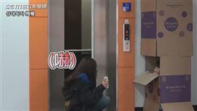 ▲宿醉正妹被電梯外紙箱裡的人嚇到。(圖/삼대독자 授權)