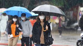 鋒面通過帶來水氣中央氣象局表示,11日午後有一波鋒面通過台灣,帶來水氣,各地降雨機率提高。台北午後降下雨勢,民眾紛紛撐起傘擋雨。中央社記者徐肇昌攝 109年4月11日