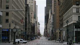 紐約防疫經濟停擺  曼哈頓第五大道冷清紐約州為防止武漢肺炎疫情惡化,要求多數民眾居家辦公,大量商家被迫停業,沿線名店雲集的曼哈頓第五大道揮別昔日車水馬龍景象。中央社記者尹俊傑紐約攝  109年4月12日