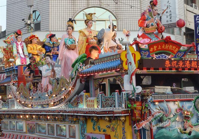 北港迓媽祖 特有台版迪士尼花車遊行