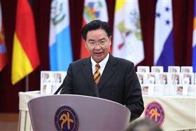 外交部長吳釗燮見證泰博科技公司捐贈友邦及友好國家防疫物資(圖/外交部提供)