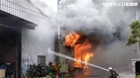 北市承德路鐵皮工廠全面燃燒。(圖/翻攝畫面)
